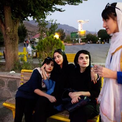 Viele Jugendliche fahren oft zur einem Freizeitort namens Tochal im nord den Teherans, um zu spazieren.