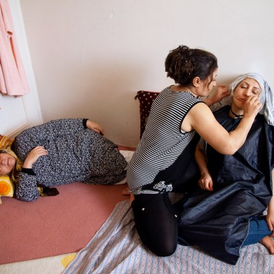 Fatemeh ist Friseurin. Sie färbt die Haare und entfernt die Haare des Gesichts ihrer bekanntin bei ihr zu Hause.