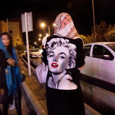 Modische Unikate findet man normalerweise nicht in öffentlichen Geschäften. Auch Saras neuer Marilyn-Monroe-Mantel wird von jungen Modedesignern nur à la maison angeboten.