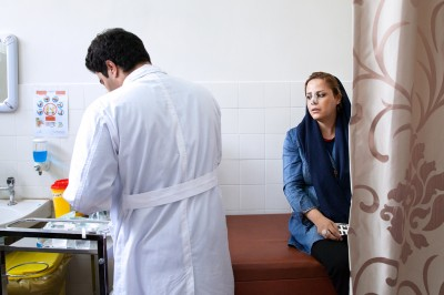 Die Junge iranische Frau ist für die Nachbehandlung nach der Nasenoperation da.