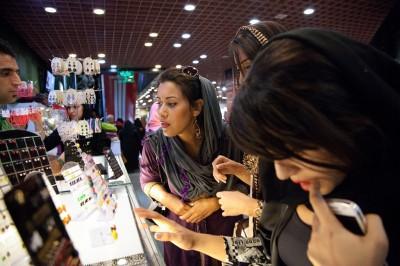 Die Frauen sind beim Einkaufen in einem Einkaufzentrum namens Milade Nor in Teheran.