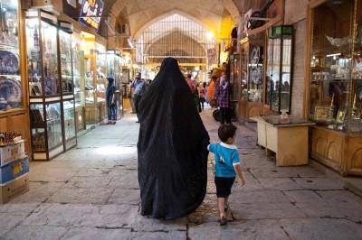 Eine Frau mit dem Tschador in Bazar in Isfahan.