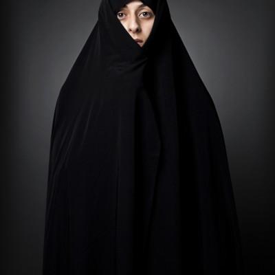 """Die Fotoserie """"Unter Frauen"""" dokumentiert die Kleiderordnung der Frau im heutigen Iran und zeigt auch die chronologische Veränderungen des Hejabs in den vergangen drei Jahrzehnten."""