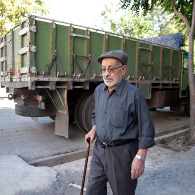 Mein Großvater war knapp 45 Jahre Fahrer eines Lastkraftwagens und verbrachte oft wochenlang auf iranischen Autobahnen. Er ist ein freundlicher, liebevoller und schweigsamer Mensch, der bereits seit 15 Jahren in Rente ist.