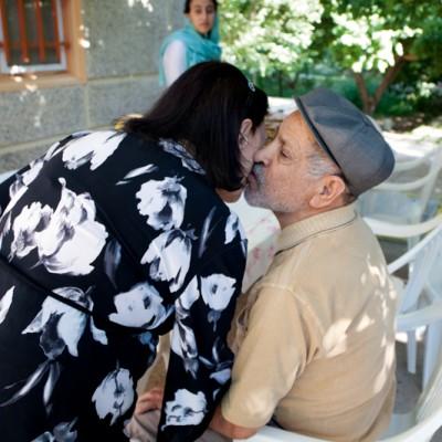 Meine Großeltern Fazlollah und Mohtaram sind seit über 65 Jahren verheiratet. Fünf Töchter, drei Söhne, achtundzwanzig Enkel und fünf Urenkel sind das Ergebnis dieser 65 Jahre langen Ehe. All diese Jahre haben sich Fazlollah und Mohtaram bemüht, diese große Familie mit Liebe und Geborgenheit zusammenzuhalten.