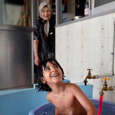 Nachmittags findet jeder eine Beschäftigung. Das jüngste Enkelkind badet in einem Raum hinter der Küche.