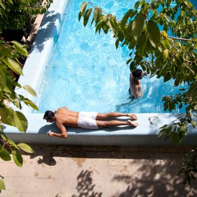 Die älteren Enkelkinder nutzen die ruhigen Nachmittagsstunden zum schwimmen und sonnen.