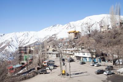 60 km nordöstlich von Teheran im Elburz Gebirge liegt Shemshak, ein beliebter und gut besuchter Skiort unter Einheimischen und Touristen. Shemshak liegt auf einer Höhe von 2550 bis 3050 m. Ein weiterer Skiort namens Dizin befindet sich 10 km von Shemshak entfernt.