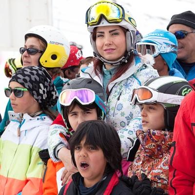 Nach einem Skiwettkampf auf der Piste Dizin warten die junge Skifahrer auf die Preisverleihung.