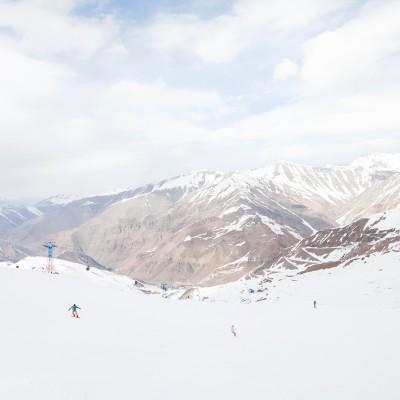 Dizin liegt nördlich von Tehran in Elburz Gebirge und er ist mit einer Höhe bis 3600 Metern das größte Skigebiet des Iran. Er wurde 1969 gegründet.