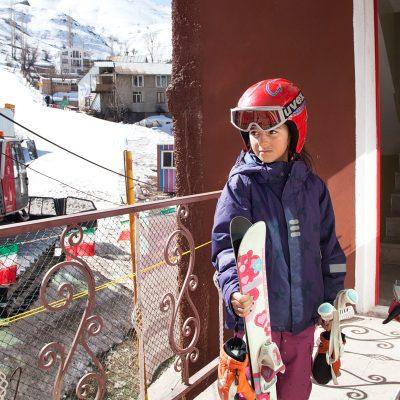 60 km nordöstlich von Teheran liegt Shemshak, ein beliebter und gut besuchter Skiort unter Einheimischen und Touristen. Während Touristen nur meistens an Wochenenden zum Skifahren nach Shemshak fahren, können die Einheimischen den Skiort an fast jeden Tag der Wintersaison nutzen. Einheimische Kinder lernen das Skifahren deshalb bereits im frühen Alter von 3-4 Jahren. So auch Sahel, ein 9-jähriges Mädchen, die direkt an der Skipiste mit ihren Eltern in einem kleinen Einfamilienhaus lebt.
