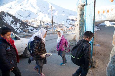 Ihre Schule ist in der Nähe der Skipiste, beginnt morgens um 8 Uhr und dauert bis 13 Uhr.