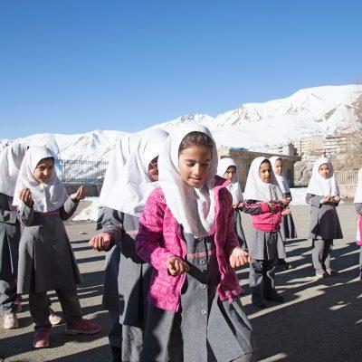 Die Schüler auf dem Schulhof.