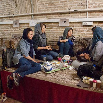 Die iranische Kletterfrauen in einem traditionellen Restaurant in Zanjan im Iran.
