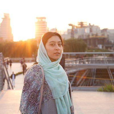 Sahar ist auch gern auf der Tabiat Brücke. Besonders nachdem die Strapazen der monatelangen Vorbereitung auf die landesweite Aufnahmenprüfung für Universitäten vorbei sind.  Bevor die Ergebnisse raus sind und der Lernstress wieder von vorn beginnt, möchte sie so viel Zeit wie möglich draußen verbringen. Da kommt das neue Hobby ihrer Cousine Fatemeh gerade recht.