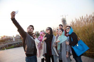 Juge Leute mahcen ein Selfi auf der Tabiat Brücke.