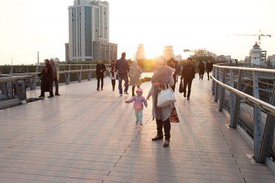 Tabiat (Natur) Brücke wurde von der iranischen Architektin Leila Araghian entworfen und gewann damit noch als Studentin mehrere nationale und internationale Preise. In 2014 wurde die Brücke in Tehran fertiggestellt und verbindet seit dem den Talaghani Park mit dem Wasser & Feuer Park; sie führt über die vielbefahrene Modaress Autobahn im Norden Tehrans.