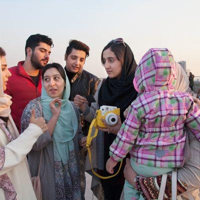 Junge Leute auf der Tabiat Brücke in Teheran.