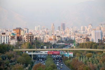 Aussischt von der Tabiat Brücke auf die Stadt Tehran. Im Hintergrund ist die Elborz Gebirge zu sehen.