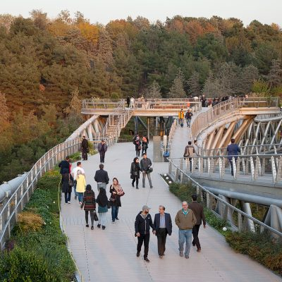 Spaziergänger auf der Tabiat Brücke.